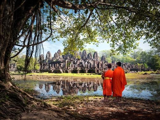 Du lịch bụi ở Đông Nam Á. Một số điểm dừng phổ biến bao gồm Chiang Mai ở Thái Lan, Angkor Wat ở Campuchia, Hà Nội ở Việt Nam, và Bali hay Ubud ở Indonesia.