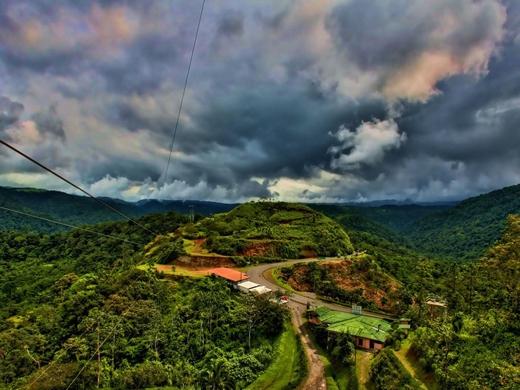 Ngắm nhìn khu rừng mưa nhiệt đới ở Costa Rica từ trên cao.