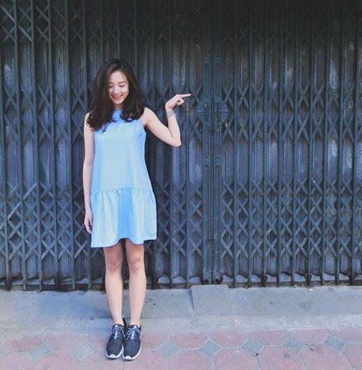 Dù thời tiết Hà Nội đang mưa nắng thất thường nhưng những cô nàng thời trang vẫn phải cực diện, cực xinh khi ra đường.Salim diện váy xinh xắn cùng với đôi giày thể thao cực năng động và cá tính.