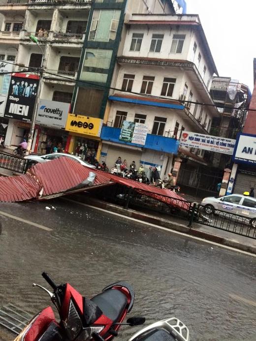 Nhiều mái tôn của nhà dân bị gió giật mạnh văng ra đường