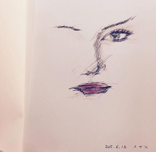 Suzy trổ tài vẽ chân dung IU khiến fan thích thú