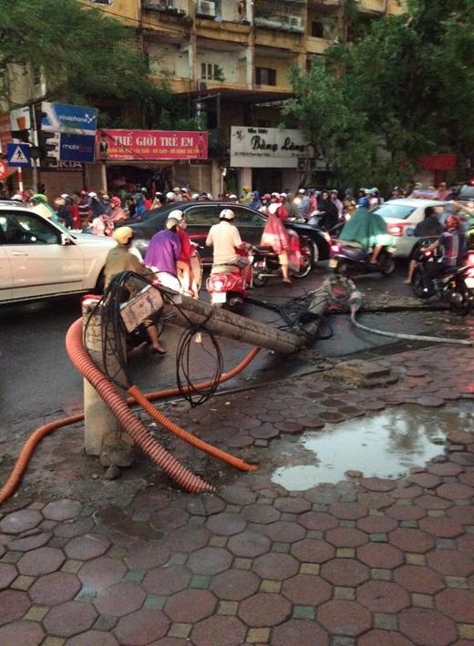 Cột đèn gãy trên đường Phạm Ngọc Thạch