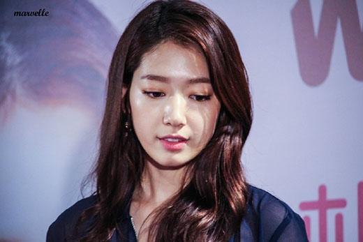 Park Shin Hye cố gượng cười với fan sau khi nghe tin ông qua đời