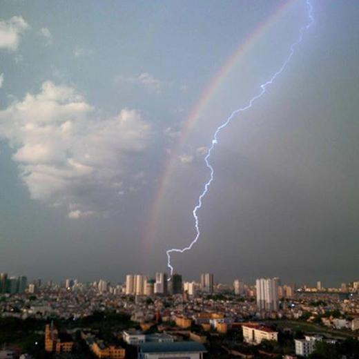 Không chỉ mưa to, gió lớn mà hiện tượng sét đánh cũng xuất hiện tại Hà Nội