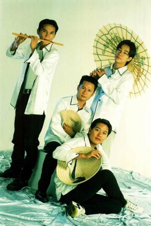 Kiểu đầu 8/2 thời những năm 1998, khi Tuấn Hưng ra mắt trong vai trò là thành viên em út của nhóm Quả Dưa Hấu. - Tin sao Viet - Tin tuc sao Viet - Scandal sao Viet - Tin tuc cua Sao - Tin cua Sao