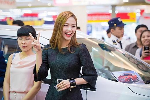Người đẹp vui vẻ giao lưu với mọi người - Tin sao Viet - Tin tuc sao Viet - Scandal sao Viet - Tin tuc cua Sao - Tin cua Sao