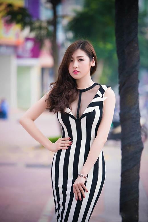 Trong khi đó, Á hậu Dương Tú Anh lại chọn phom váy cocktail và váy xòe cổ điển.