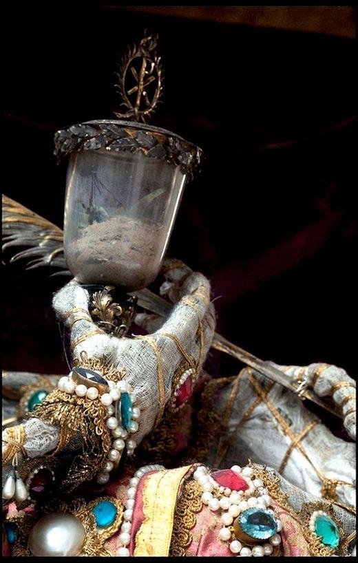 Đây là bàn tay Thánh Munditia đeo đầy trang sức tại nhà thờ St Peter ở Munich
