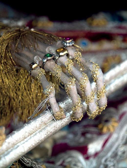 Bàn tay của Thánh Valentin được đặt ở Bad Schussenreid, Đức. Trên tay, thánh đeo đầy nhẫn và trang sức vàng lộng lẫy.