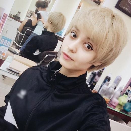 Nữ ca sĩ MLee vừa gây bất ngờ với người hâm mộ, khi cô đăng tải hình ảnh mái tóc được cắt ngắn gọn gàng với màu tóc sáng hơn. Với mái tóc mới cá tính này, cô đã mạnh miệng thách thức Cường Seven so kè về độ đẹp trai của cả hai.