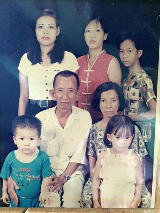 Anh chàng ca sĩ Kelvin Huy Khánh đã chia sẻ hình ảnh ngày bé của anh chụp cùng các thành viên trong gia đình lên trang cá nhân. Có thể thấy lúc bé Huy Khánhrất kháu khỉnh và dường như những nét đáng yêu đó vẫn được giữ cho đến giờ.