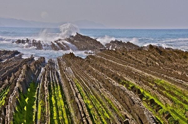 Thoạt nhìn, bãi đá này trông như một thửa ruộng đang cày dở.