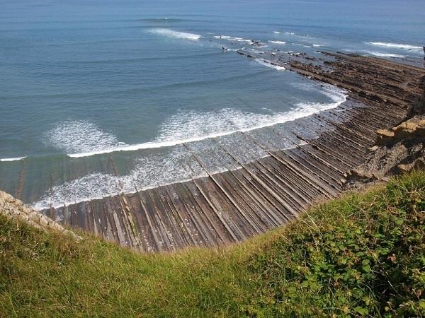 Hình ảnh những dãy đá sắc nhọn đâm thẳng ra biển tạo cho người nhìn cảm giác như đang ở trong một bộ phim phiêu lưu đến một hành tinh khác.