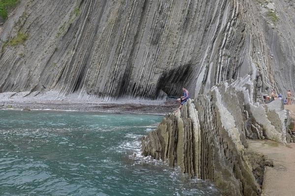 Các lớp đá nằm dựa vào nhau theo hướng từ tây sang đông, do đó những lớp đá già nằm ở phía tây còn những lớp đá trẻ hơn nằm ở phía đông.