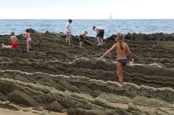Nhờ có bãi đá độc lạ này mà Zumaia thu hút được một lượng lớn khách du lịch.