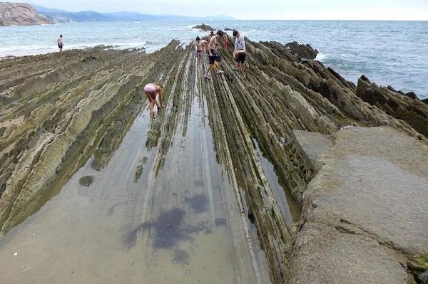 Bãi đá này được hình thành ở bãi biển Itzurun và trải suốt 8 km giữa thị trấn Deba và Getaria. Đây cũng là bãi đá dài nhất trên thế giới.