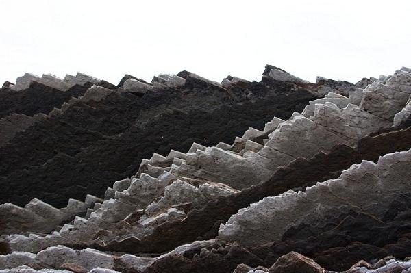 Cận cảnh một lớp đá ở Zumaia.
