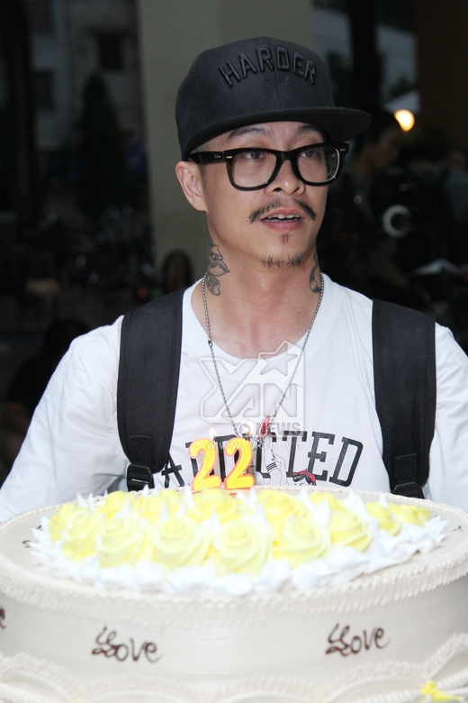Đạo diễn Việt Max đại diện đoàn làm phim mang chiếc bánh kem ra tặng cho Chi Pu. - Tin sao Viet - Tin tuc sao Viet - Scandal sao Viet - Tin tuc cua Sao - Tin cua Sao