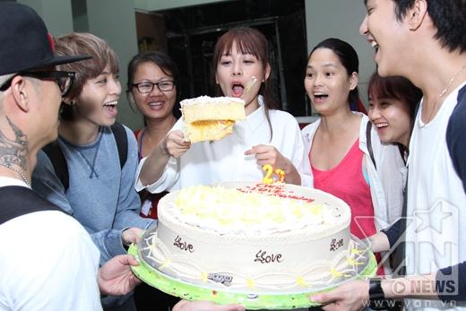Mọi người cùng nhau cắt bánh kem - Tin sao Viet - Tin tuc sao Viet - Scandal sao Viet - Tin tuc cua Sao - Tin cua Sao