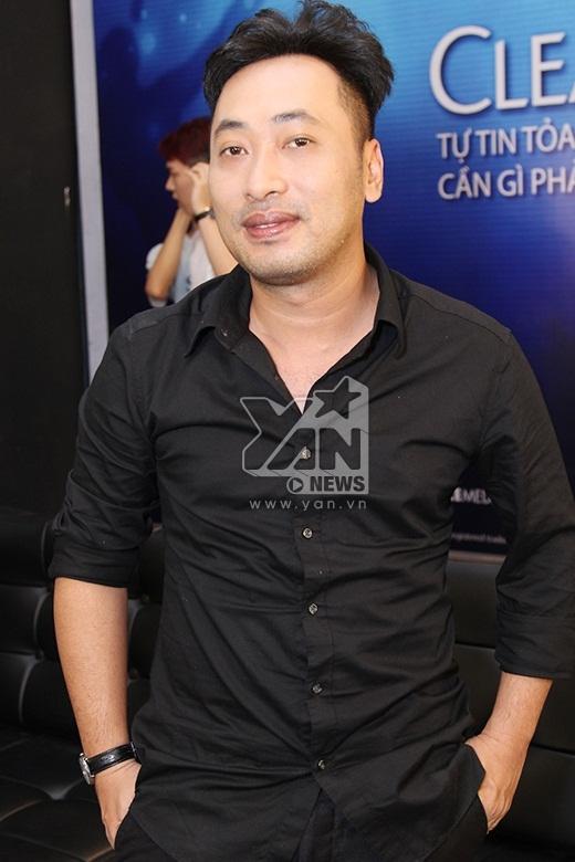 Giám Khảo Nguyễn Quang Dũng diện tông đen trong đêm công bố kết quả.