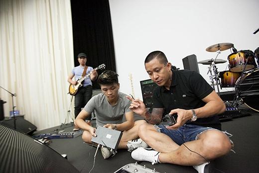 Tuấn Hưng cùng ekip đang hết sức tập trung cho liveshow diễn ra vào ngày 14/6 tại Kosmos. Nam ca sĩ dự định sẽ hát 33 bài trong đêm diễn đầu tiên tại nước ngoài. - Tin sao Viet - Tin tuc sao Viet - Scandal sao Viet - Tin tuc cua Sao - Tin cua Sao