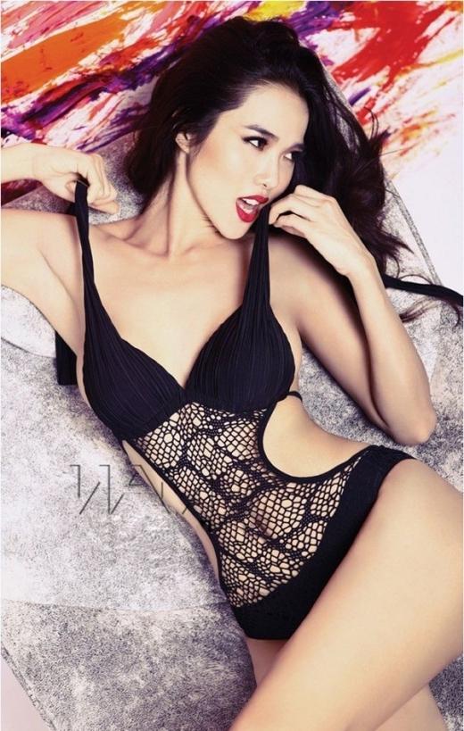 Người mẫu Kim Cương khoe hình thể với số đo ba vòng nóng bỏng trongmẫu bikini len móc màu đen.