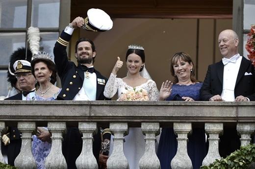 Hoàng tử Carl Phillip, Công nương Sofia cùng bậc song thân của 2 bên gửi lời cám ơn đến những người dân đã đến đây tham dự và chúc mừng lễ cưới của họ