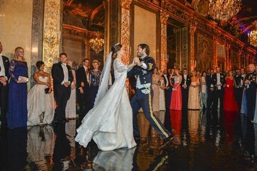 Cặp đôi khiêu vũ điệu valse đầu tiên sau khi kết thúc lễ rước dâu.