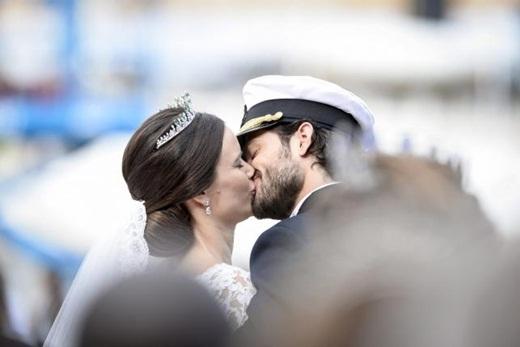 Cặp đôi tân lang - tân nương trao nhau nụ hôn ngọt ngào sau lễ rước dâu