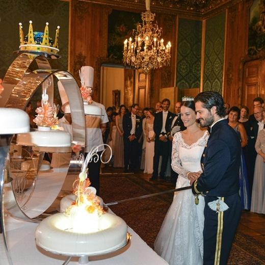 Cặp đôi cùng với nghi thức cắt bánh cưới