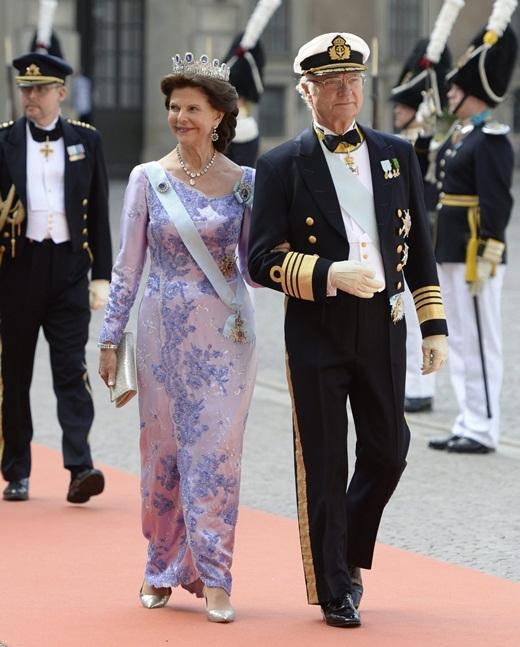 Quốc vương Thụy Điển Carl Gustaf và Hoàng hậu Silvia. Quốc vương có 3 người con, Công chúa Victoria, công chúa Madeleine và Hoàng tử Carl. Cả 3 người đều kết hôn với dân thường.