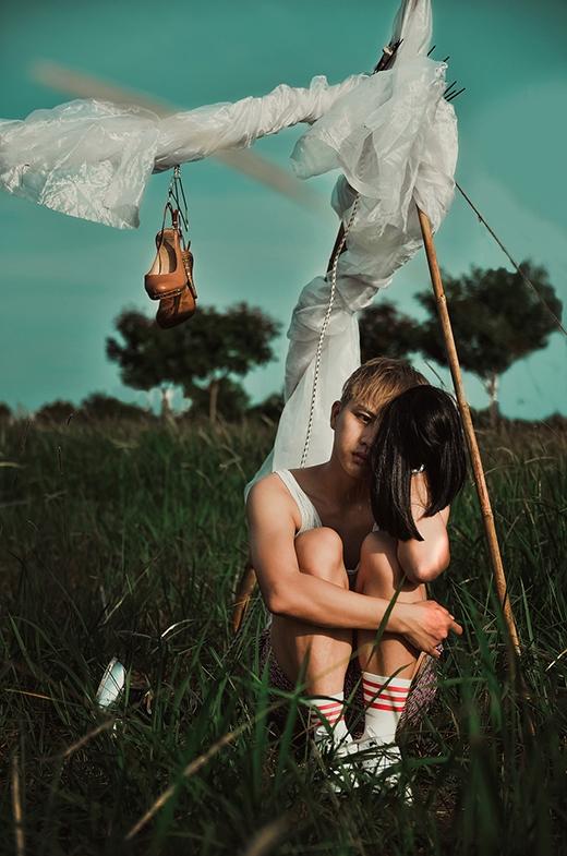 Duy Khánh chia sẻ rằng anh rất thích thú và tâm đắc với bộ ảnh này vì nó lột tả được nhiều tầng lớp tâm hồn anh, những cảm xúc và đam mê của một anh chàng luôn phải hoá thân vào nhân vật cô giáo Khánh.
