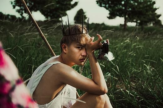 Bộ ảnh được thực hiện bởi hai nhiếp ảnh trẻ tuổi Mắm Đen và Đại Dương, đồng thời cũng là hai người bạn khá thân của Duy Khánh.