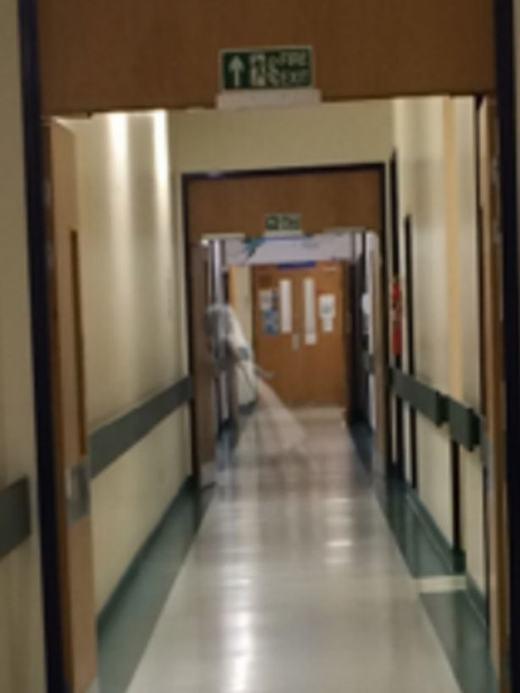 """Lạnh người khi chụp được """"hồn ma váy trắng"""" giữa bệnh viện"""