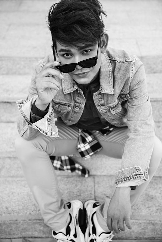 Với chiều cao nổi bật cùng gương mặt điển trai ăn ảnh, Sơn Ngọc Minh có những biểu cảm, tạo dáng không kém cạnh người mẫu chuyên nghiệp.