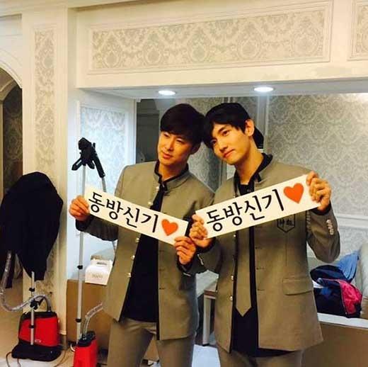 Leeteuk đăng ảnh DBSK và chia sẻ: Các cậu thật tuyệt vời. Yunho, hãy trở về an toàn. Changmin sẽ trưởng thành tốt nhé.