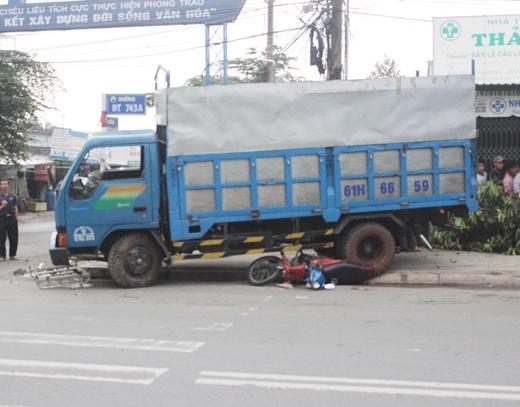 Ngất xỉu khi chứng kiến người thân bị xe tải cán chết