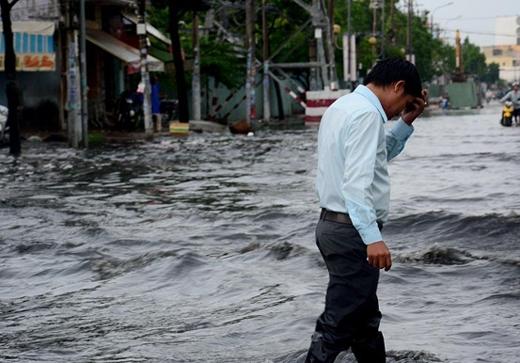 Sài Gòn ngập trong biển nước sau trận mưa lớn