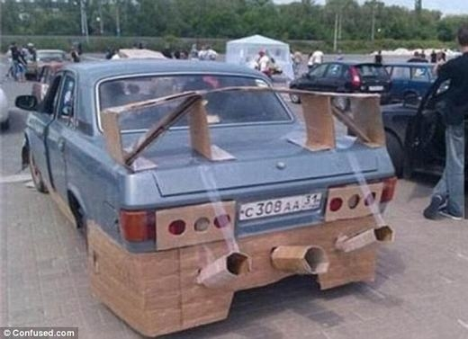 """""""Siêu xe"""" với gầm, 3 ống khói, đèn, spoiler bằng giấy cạc-tông và băng keo."""