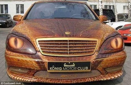 """Chiếc Mercedes S-Class vốn là dòng xe thể thao. Tuy nhiên, chủ nhân của nó đã trang trí lại với đôi mắt rắn đáng sợ và phủ màu """"ác mộng"""". Nếu bạn nhìn thấy chiếc xe này vào ban đêm, có thể bạn sẽ phải giật nảy mình."""
