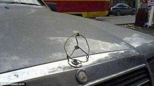 """Cách để tạo lại logo Mercedes sau khi bị ai đó """"vặt"""" mất!"""