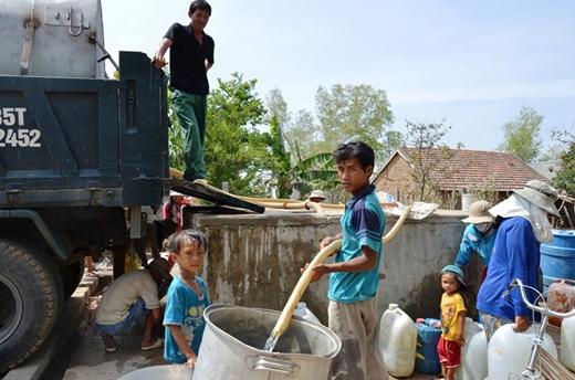 Chính địa phương đã dùng xe bồn chở nước đến phát cho người dân