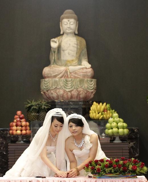 Lễ cưới đặc biệt của Huang Mei Yu và Yu Ya Ting được tổ chức tại một nhà chùa Phật Giáo ở Guanyin (huyện Đào Viên, miền Bắc Đài Loan), trước sự chứng kiến của 300 phật tử và thầy tu.