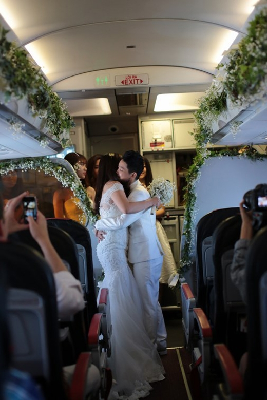 ...một đám cưới hoành tráng ở độ cao 12,000m cùng sự chúc phúc của các vị khách trên máy bay