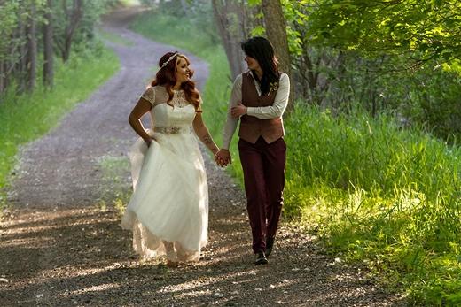"""Cặp đôi Lindsay và Leslie nắm tay nhau """"đi đến cuối con đường""""."""