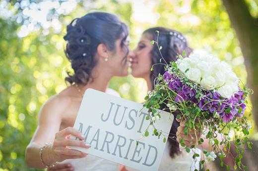 Ảnh cưới vô cùng ngọt ngào của cặp đồng tính nữ.