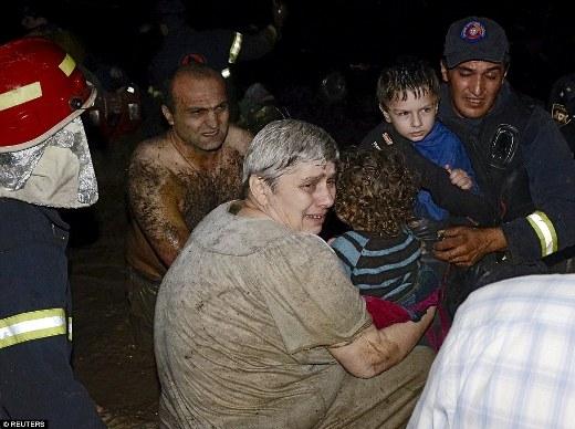 Một người phụ nữ và một đứa trẻ được lực lượng cứu hộ giải cứu. Báo cáo cho biết, ít nhất 10 người đã thiệt mạng và 10 người hiện đang mất tích.