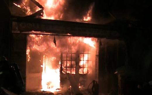 Cháy dữ dội tại cửa hàng tạp hóa giữa trung tâm Sài Gòn