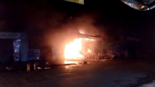 Căn nhà bốc cháy dữ dội