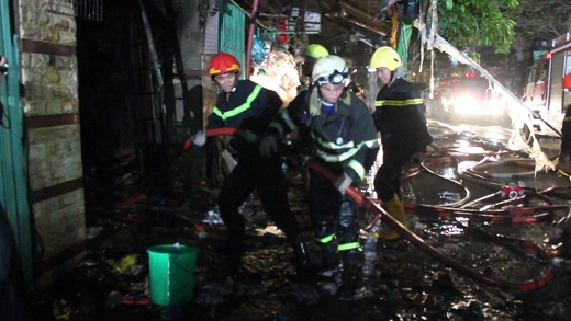 Lính cứu hỏa cố gắng dùng nước dập lửa